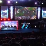 Widok na scenę League of Legends z dużą kabiną.