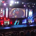 Oprócz 4 czy 5 dużych telebimów z relacją, uwagę zwracają mniejsze ekran z wizerunkami graczy, wynikiem oraz oświetlenie wokół kabin zgodne z kolorem zawodnika w grze.