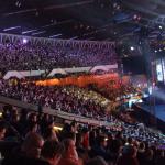 Widok na sektor okupowany głównie przez fanów League of Legends.